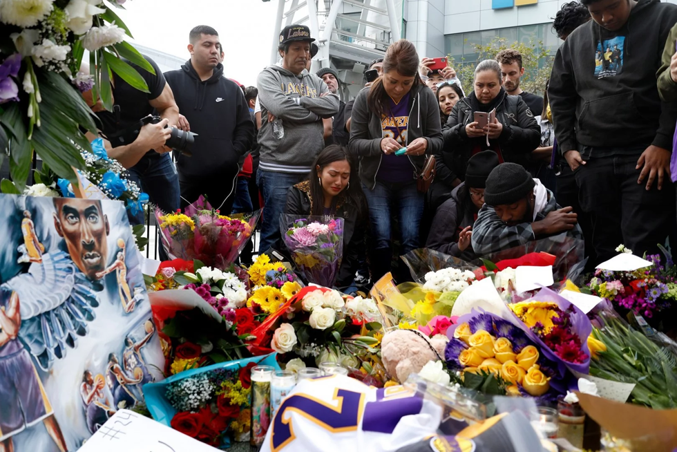 Người hâm mộ tập trung tại đài tưởng niệmKobe Bryant.