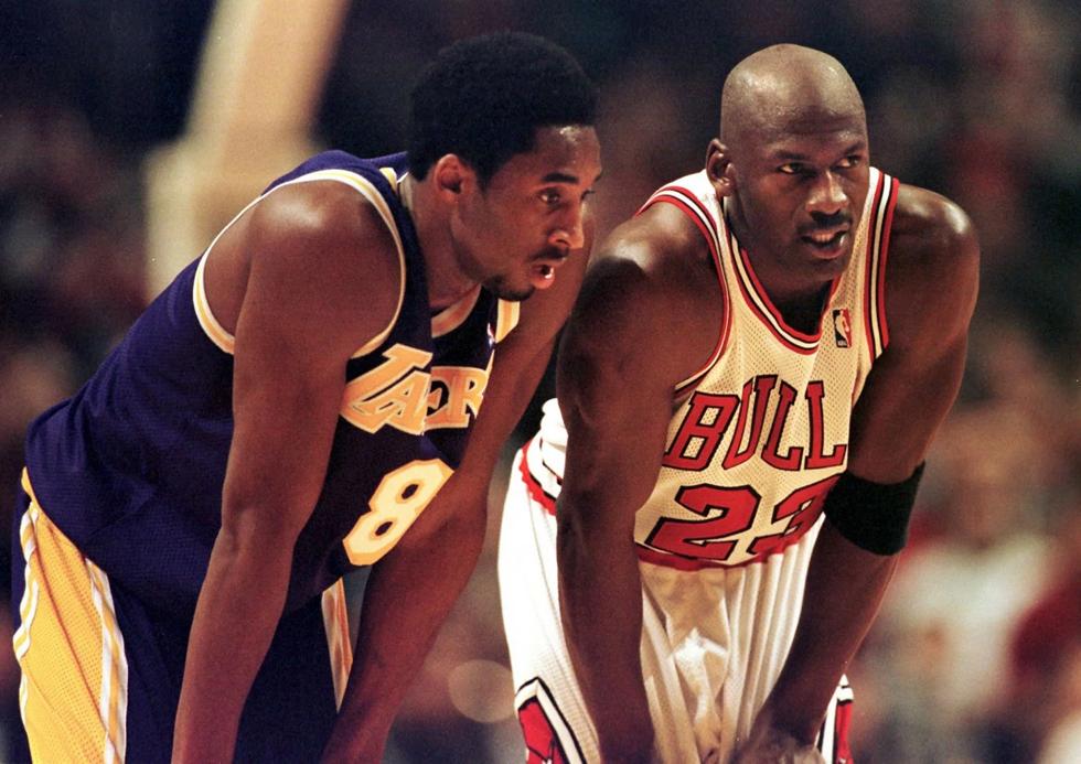 Kobe Bryan trao đổi trong một nỗ lực ném bóng tự do vào ngày 17/12/1997 tại United Center ở Chicago. Ảnh AFP.