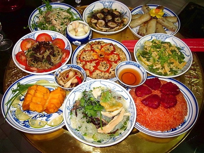 Cỗ mặn hoặc chay với đầy đủ các món ăn ngày Tết, được chế biến thơm ngon tinh khiết, bày biện đầy đặn, trang nghiêm.