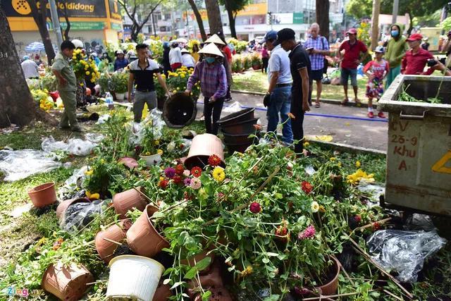Hàng trăm chậu hoa thược dược, hướng dương, cúc mâm xôi... cũng bị các tiểu thương vứt bỏ thành đống.