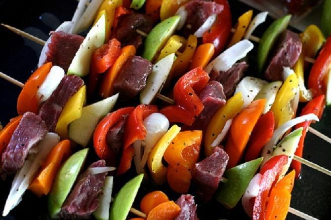 Trên que thịt xiên của người Hoa còn có các loại rau, củ như cà rốt, hành tây, ớt chuông...