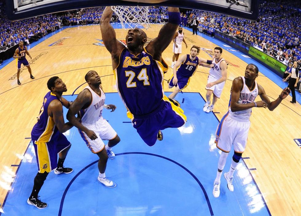 Kobe Bryan ném bóng vào rổ giữa trận đấu với đội Oklahoma City Thunder vào ngày 21/5/2012. Ảnh EPA-FE.