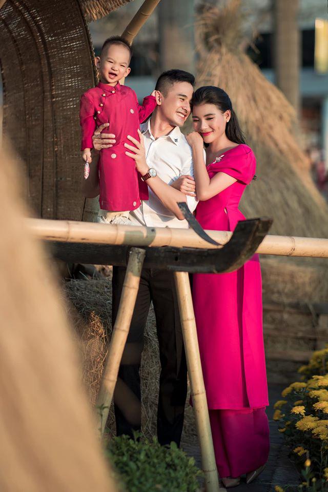 Lương Thế Thành - Thúy Diễm hạnh phúc cùng con trai trong bộ ảnh tết.