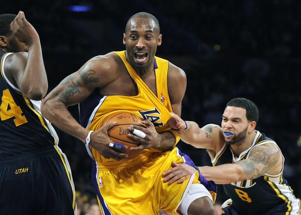 Kobe Bryan bị kéo áo bởi cầu thủ Utah Jazz tại giải đấu vào ngày 25/1/2011.