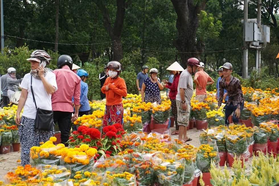Trưa 30 Tết, người dân đổ về chợ hoa công viên Gia Định để mua hoa về chưng Tết.