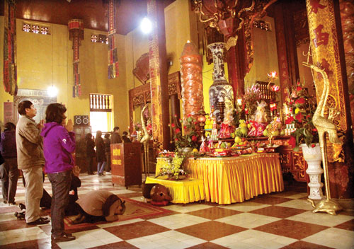 Đi lễ chùa đầu năm là phong tục đẹp của nhiều người Việt.