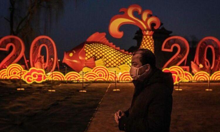 Người đàn ông Trung Quốc đeo khẩu trang đi bộ bên ngoài Tử Cấm Thành, Bắc Kinh, hôm 25/1. Ảnh:AFP.