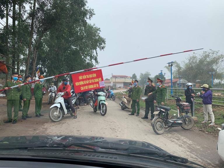 Chốt kiểm soát ra vào khu vực xã Sơn Lôi, lượng chức năng túc trực 24/24 giờ làm nhiệm vụ.