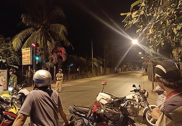 Cảnh sát phong toả đường vào khu vực  Tuấn Khỉ bị tiêu diệt . Ảnh: VnExpress.