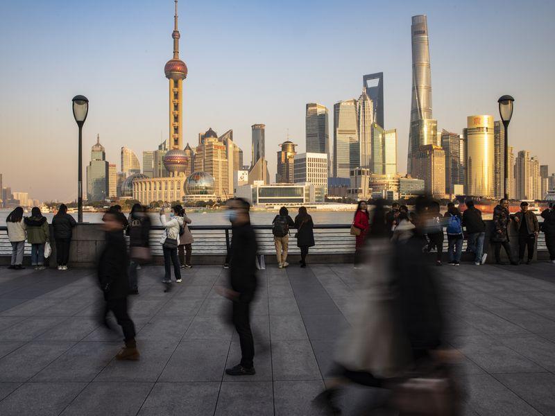 Quỹ Tiền tệ Quốc tế dự báo nền kinh tế Trung Quốc sẽ tăng trưởng 7,9% trong năm 2021 và sau đó giảm dần xuống 5,2% vào năm 2025. Ảnh: Bloomberg