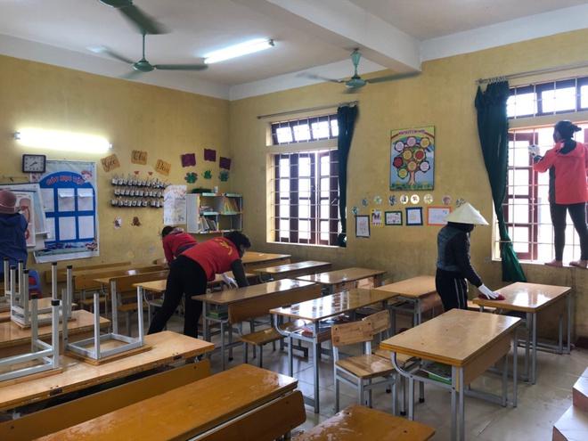 Các thầy cô tăng cường công tác vệ sinh trường lớptại các nhà trường xã Sơn Lôi.