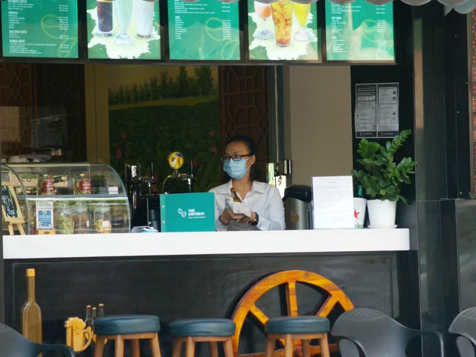 Các quán kinh doanh đồ uống bình thường rất đông nhưng nay cũng ế ẩm. Nhân viên quán luôn đeo khẩu trang khi làm việc.(Ảnh: Tri Thức)