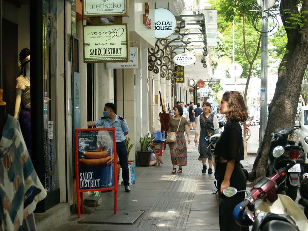 Do ảnh hưởng  dịch corona , lượng khách hàng đến trục đường Đồng Khởi tham quan, mua sắm vắng hơn bình thường rất nhiều.(Ảnh: Tri Thức)
