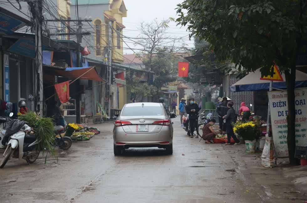 Người dân vẫn họp chợ, buôn bán bình thường. A