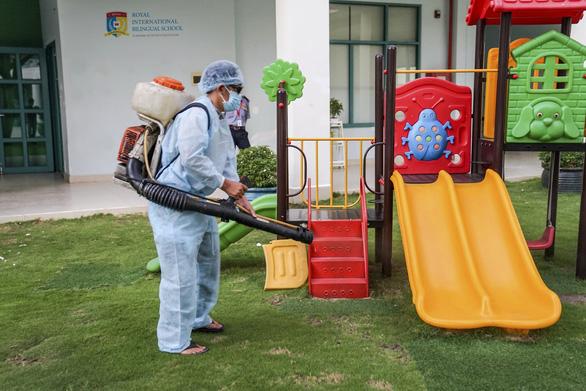 Nhiều trường học tăng cường các biện pháp phòng, chống dịch bệnh Covid-19 (nCoV) khi học sinh, sinh viên đi học trở lại.