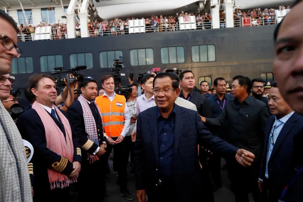 Thủ tướng Campuchia ôm, bắt tay hành khách trên du thuyền bị 5 nơi