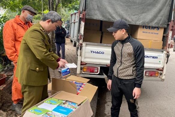 Lực lượng QLTT Hà Nội tịch thu toàn bộ số lượng khẩu trang vi phạm trên xe ô tô tải.