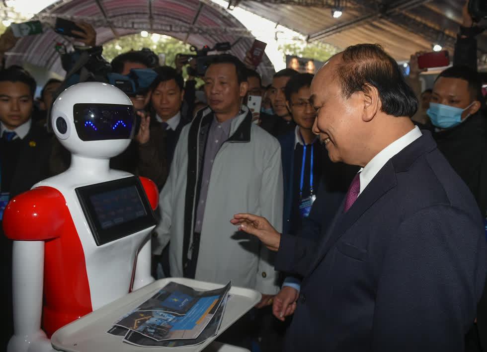 Thủ tướng Nguyễn Xuân Phúc thăm các gian hàng tại Triển lãm quốc tế đổi mới sáng tạo Việt Nam 2021. - Ảnh: VGP