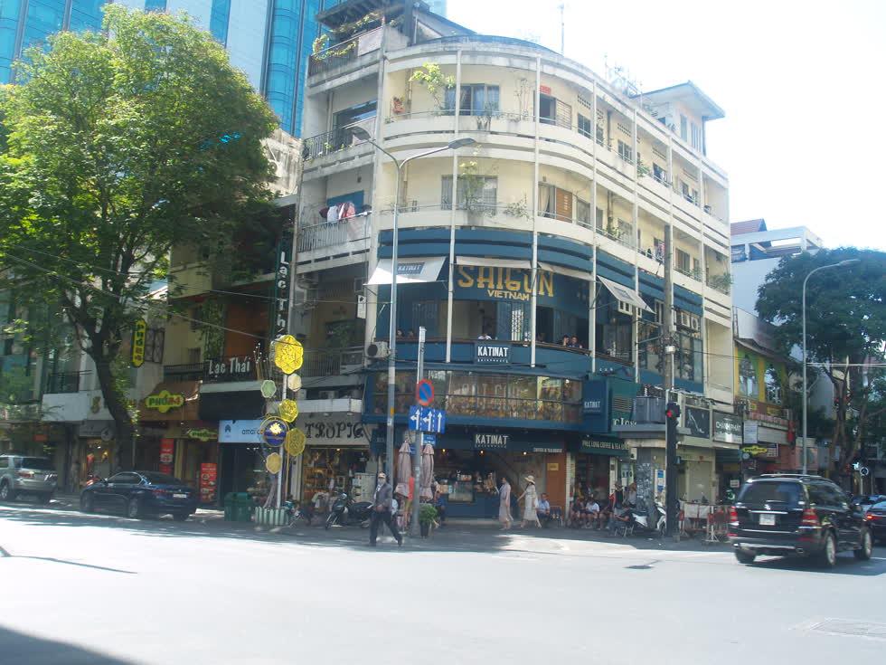 Góc đường Đồng Khởi - Mạc Thị Bưởithông thoáng, ít xe cộ qua lại, không còn cảnh đông đúc, kẹt xe.(Ảnh: Tri Thức)