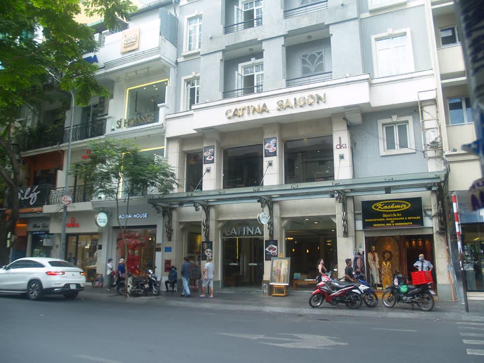 Trước khi công bố dịch, đường Đồng Khởi vẫn sầm uất, nhiều du khách. Hiện tại đường phố vắng hoe, ảm đạm.(Ảnh: Tri Thức)