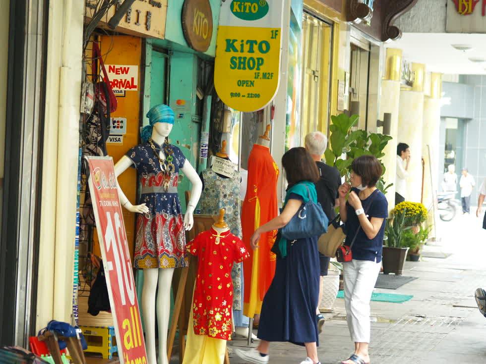 Hai vị khách hiếm hoi ghé vào một cửa hàng thời trang trên đường Đồng Khởi.(Ảnh: Tri Thức)