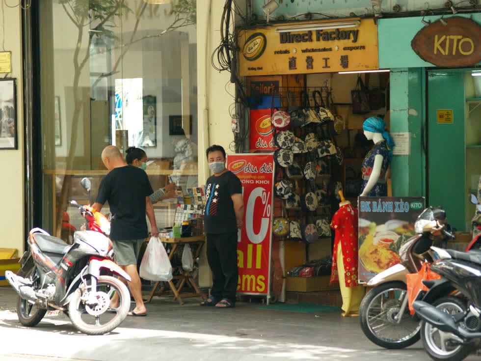 Một cửa hàng bán túi xách trên đường Đồng Khởi. Trước khi công bố dịch, đường Đồng Khởi vẫn sầm uất, nhiều du khách. Nay, nhiều cửa hàng quán chỉ có người bán, nhân viên nhìn nhau.(Ảnh: Tri Thức)