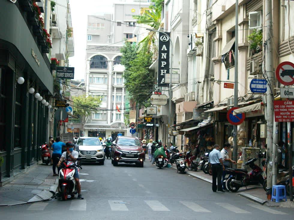 Đường phố thông thoáng đến mức 2 chiếc xe hơi cùng chiều dễ dàng di chuyển.(Ảnh: Tri Thức)