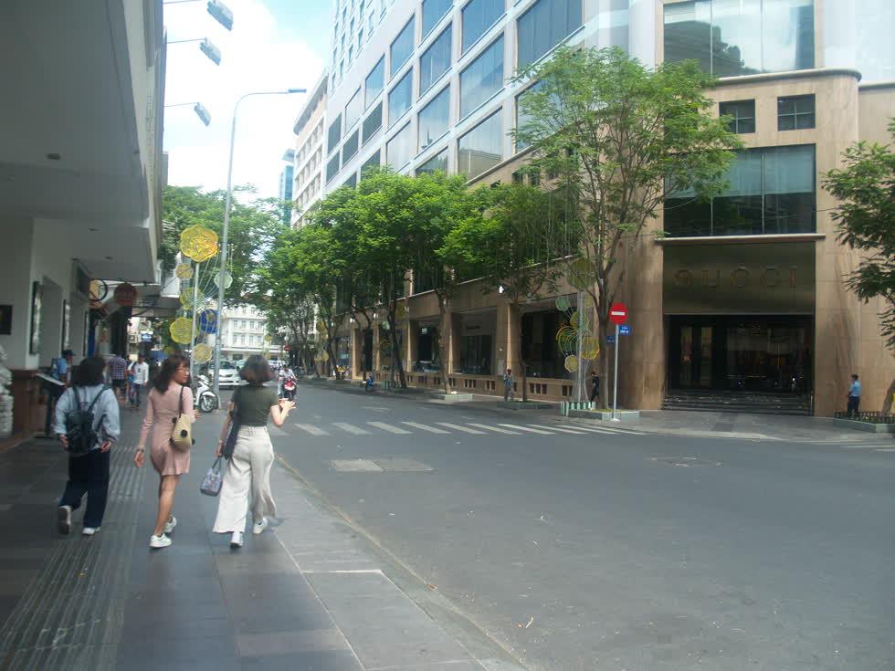 Góc đường Đông Du - Đồng Khởi vắng hoe, thỉnh thoảng chỉ có vài khách bộ hành trên đường.(Ảnh: Tri Thức)