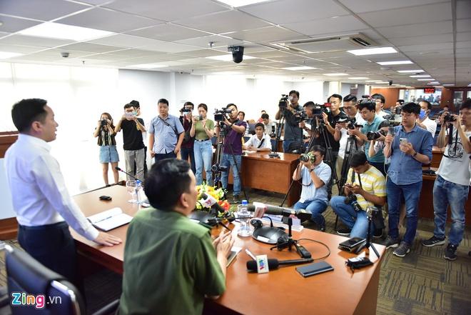Rất đông phóng viên có mặt tại buổi họp báo vụ tiêu diệt Tuấn