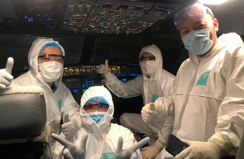 Các thành viên phi hành đoàn thực hiện chuyến bay đến Vũ Hán đón các công dân Việt Nam. Ảnh:VNA