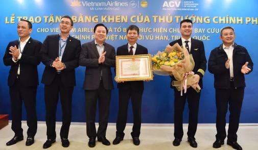 Do Tổ bay vẫn đang thực hiện cách ly theo quy định, Đại diện Vietnam Airlines và đại diện Đoàn bay đã lên nhận bằng khen.