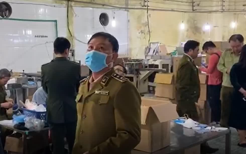 Lực lượng chức năng kiểm tra tại cơ sở sản xuất Viet Han Company (Công ty TNHH Việt Hàn).