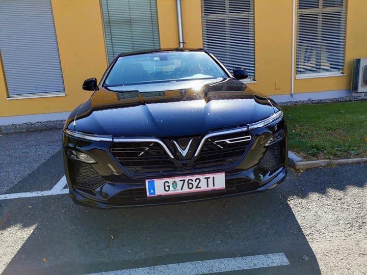 Một chiếc sedan của VinFast Lux A2.0 mang biển số châu Âu.