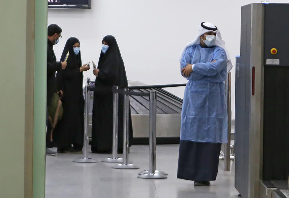 Hành khách trở về từ Iran chờ đợi tại sân bay Sheikh Saad ở Kuwait vào ngày 22 tháng 2 trước khi được đưa đến bệnh viện để xét nghiệm coronavirus. Ảnh: Yasser Al-Zayyat / AFP / Getty