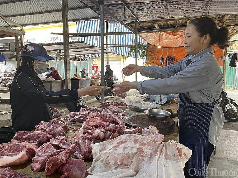 Giá thịt heo tại chợ dân sinh giảm xuống mức thấp nhất trong vòng một năm trở lại đây, cả người bán và người mua đều vui mừng.