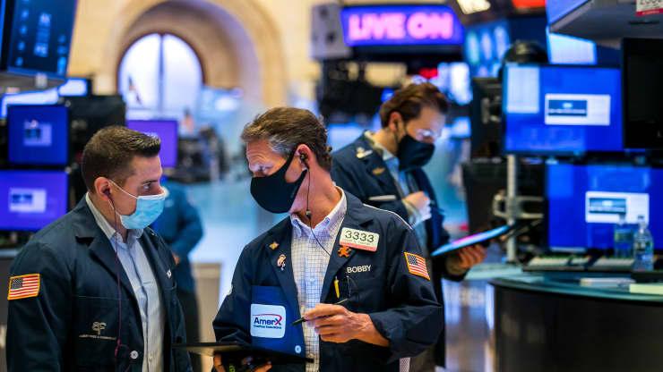 Hợp đồng tương lai chứng khoán Mỹ giảm khi các nhà giao dịch cân nhắc triển vọng kích thích và tăng trường hợp nhiễm COVID-19. Ảnh: NYSE