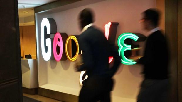 Mọi người đi bộ trong các văn phòng của Google ở New York.
