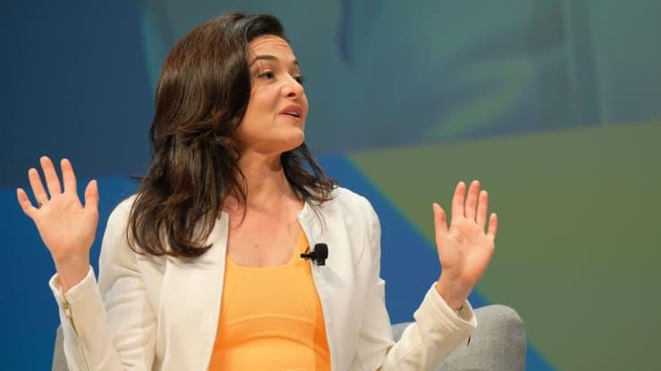 Giám đốc điều hành Facebook Sheryl Sandberg phát biểu trên sân khấu trong phiên họp của Facebook tại Cannes Lions 2019 tại Cannes, Pháp.