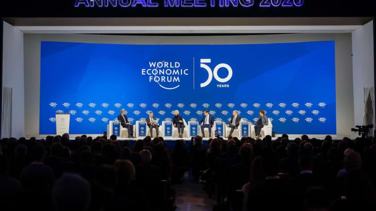 Từ trái sang phải, Zhu Min, Phó giám đốc điều hành Quỹ Tiền tệ Quốc tế (IMF), Haruhiko Kuroda, Thống đốc Ngân hàng Trung ương Nhật Bản (BOJ), Christine Lagarde, Chủ tịch Ngân hàng Trung ương Châu Âu (ECB), Steven Mnuchin, Hoa Kỳ Bộ trưởng Tài chính, Olaf Scholz, Bộ trưởng Tài chính Đức, và Kristalina Georgieva, Giám đốc điều hành Quỹ Tiền tệ Quốc tế (IMF), tham dự phiên thảo luận vào ngày bế mạc Diễn đàn Kinh tế Thế giới (WEF) ở Davos, Thụy Sĩ, vào thứ Sáu, tháng 1 Ngày 24 năm 2020. Ảnh: Bloomberg.
