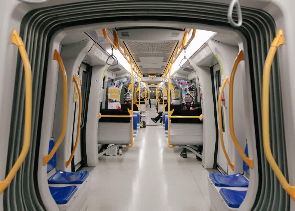 Những toa tàu điện cũng vắng khách so với trước đây. Tại nhà ga trung tâm, người rời đi có vẻ nhiều hơn người đến thành phố. Giờ tan tầm cũng không còn cảnh đông đúc.
