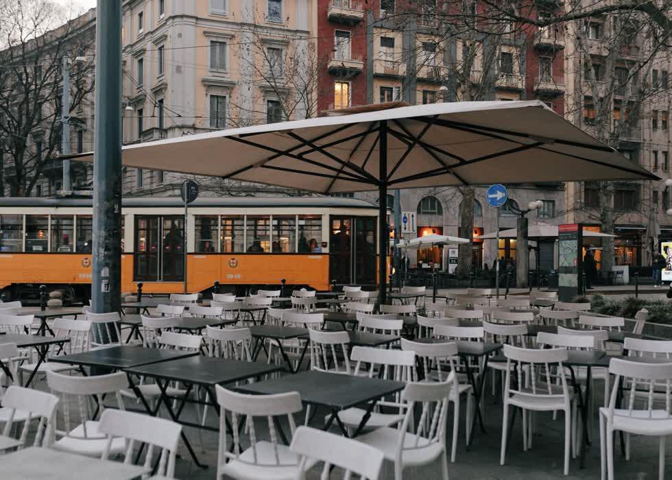 Một quán bar trong giờ aperitivo (18h30 – 21h) giữa dịch Covid-19. Khoảng thời gian này là lúc người Italy cùng nhau tìm đến rượu khai vị và các món ăn nhẹ ở quán bar trước khi bắt đầu bữa tối. Đây là phong tục ẩm thực địa phương, khá tương đồng với happy hour (giờ vàng) của người Mỹ.