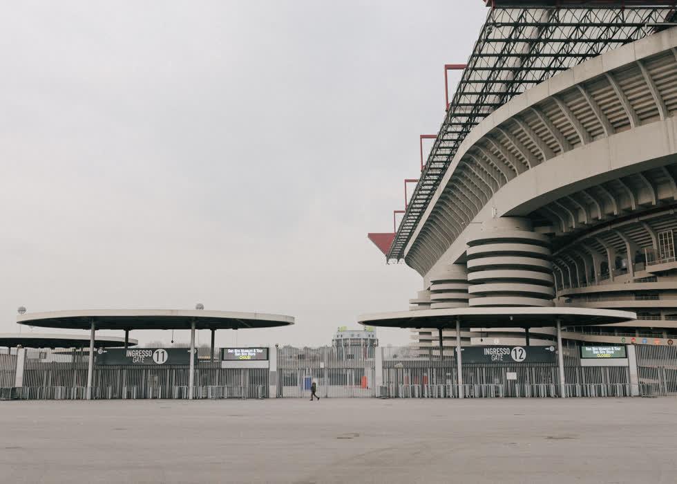Virus Corona bùng phát đã buộc trận đấu Europa League của CLB Inter Milan trên sân vận động Giuseppe Meazza phải chơi trong điều kiện không khán giả rạng sáng 28/2.