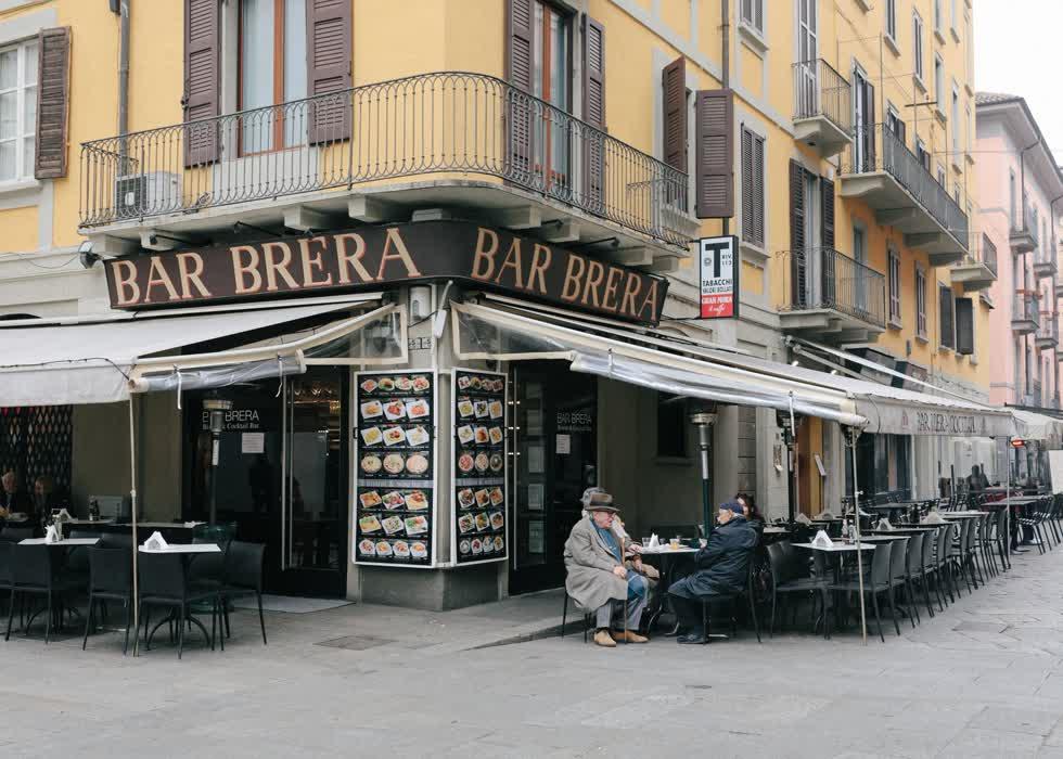 Một quán cà phê gần như trống rỗng trong khu phố Brera thường nhộn nhịp.