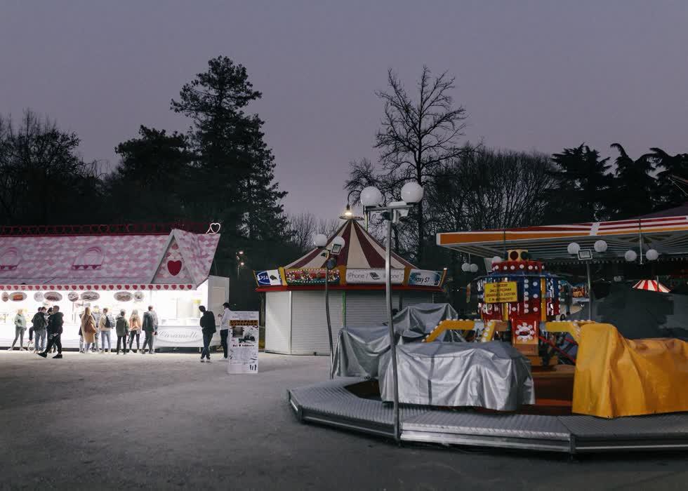 Bên trong công viên giải trí Parco Sempione, nằm ở trung tâm thành phố, các dịch vụ vui chơi, giải trí im lìm. Do sự bùng phát của dịch bệnh, hầu hết hoạt động thường nhật tại đây đã bị đóng cửa từ 24/2.