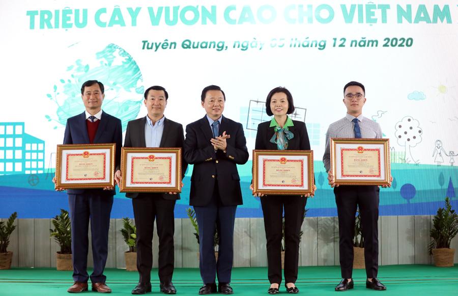 Bộ trưởng Trần Hồng Hà trao tặng Bằng khen của Bộ Tài nguyên và Môi trường cho Tập thể và các cá nhân đã có thành tích trong hoạt động bảo vệ môi trường, xây dựng và phát triển Chương trình Quỹ 1 triệu cây xanh cho Việt Nam giai đoạn 2012 - 2020.