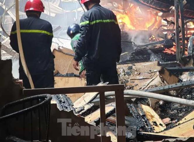 Lực lượng PCCC dập tắt ngọn lửa tại xưởng gỗ. Ảnh: Tiền Phong
