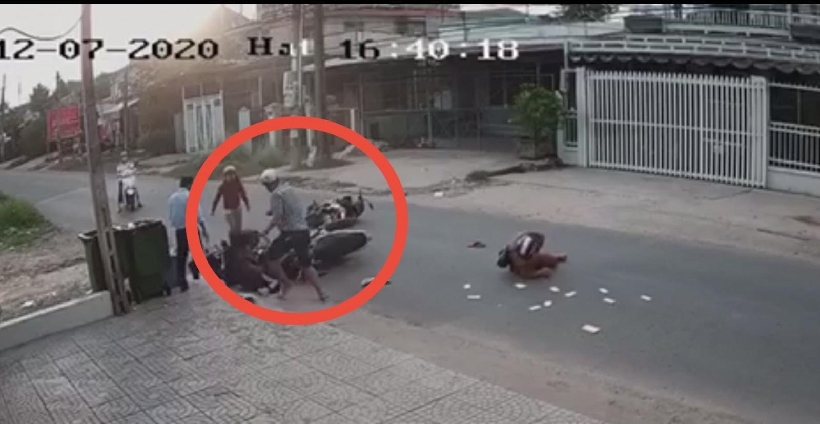 Sau khi xảy ra va chạm giao thông, người đàn ông đã hành hung một em học sinh. Ảnh cắt từ clip