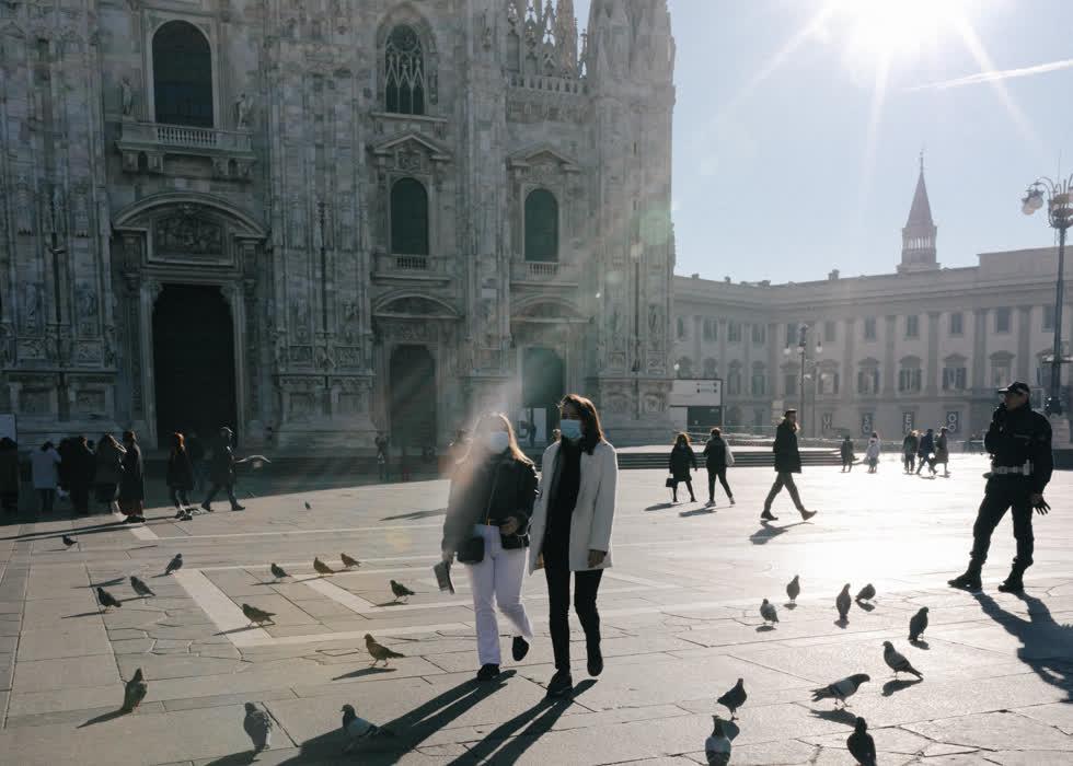 Milan, thành phố năng động nhất của Ý, đìu hiu trong tuần qua vì lo ngại virus corona. Ảnh là nhà thờ chính ở Milan, đã đóng cửa vào thứ Hai cho đến khi có thông báo mới trong bối cảnh dịch virus corona ở Ý.