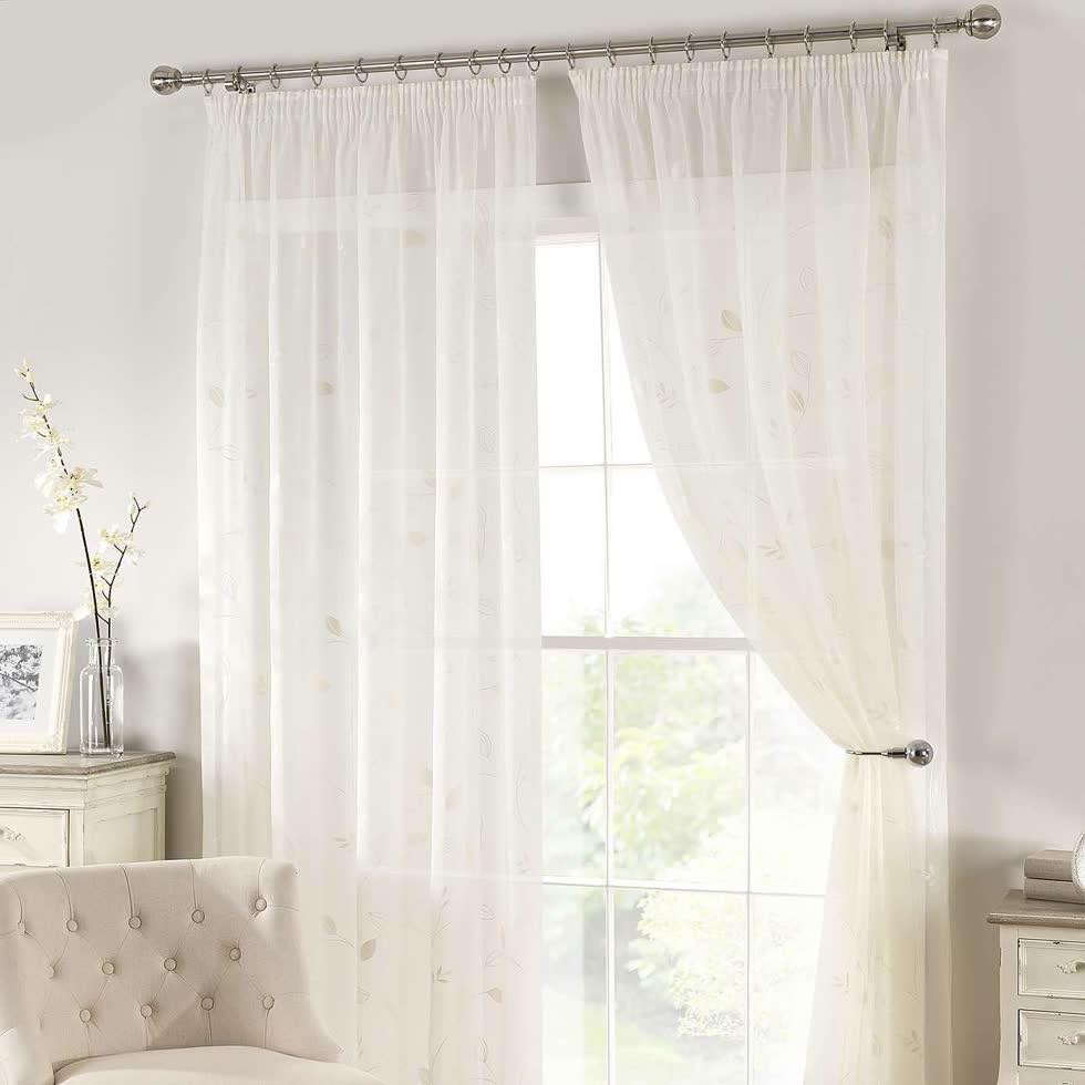 Những tấm rèm mỏng và sáng màu giúp căn phòng sáng thoáng và nhẹ nhàng, thanh thoát hơn.