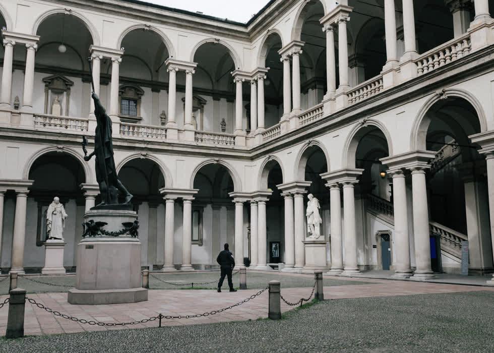 Khoảng sân tại Pinacoteca di Brera, cách quảng trường trung tâm khoảng 1km vắng bóng người. Đặt trong tu viện cổ xây dựng từ thế kỷ 14, đây là một trong những phòng trưng bày nghệ thuật quan trọng nhất châu Âu.